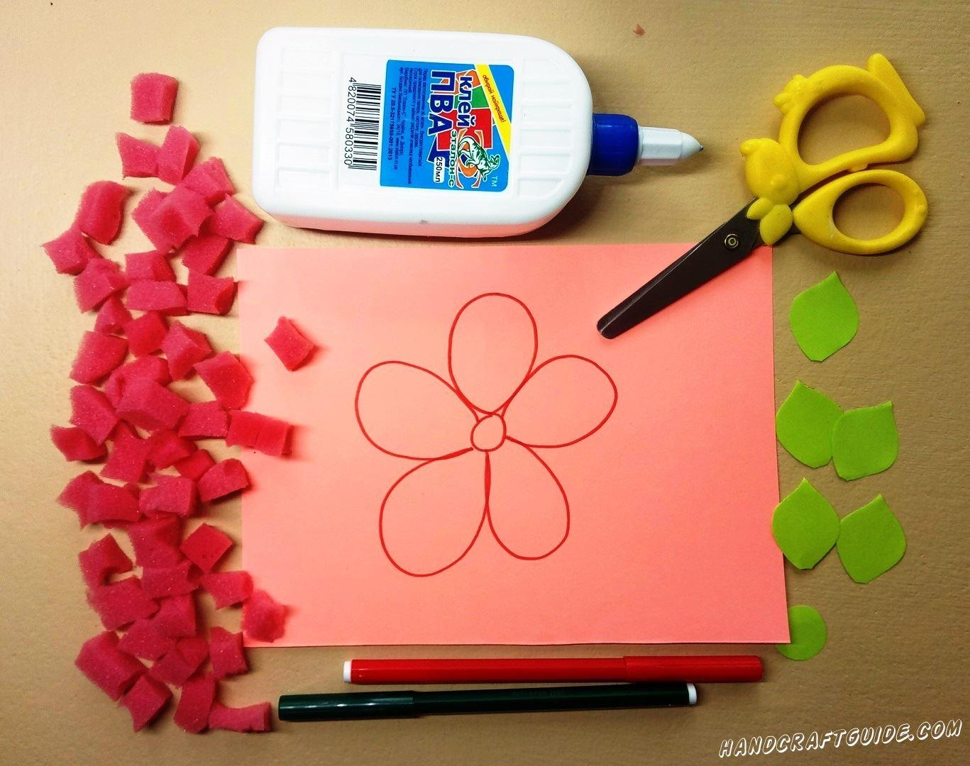 На розовом листе бумаги мы рисуем цветочек