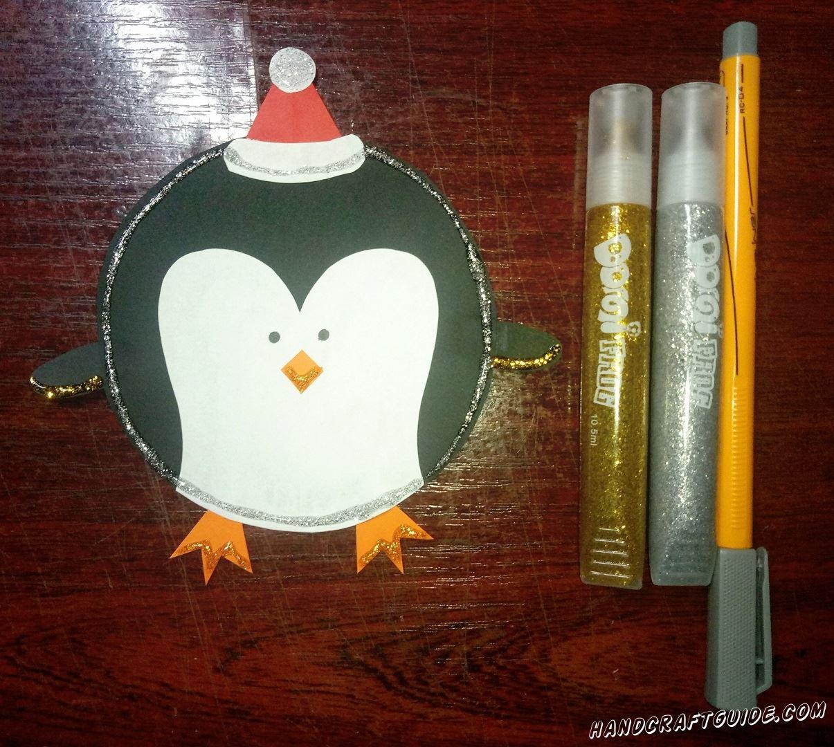 Дорисовываем глазки нашему пингвинчику и украшаем его блёстками