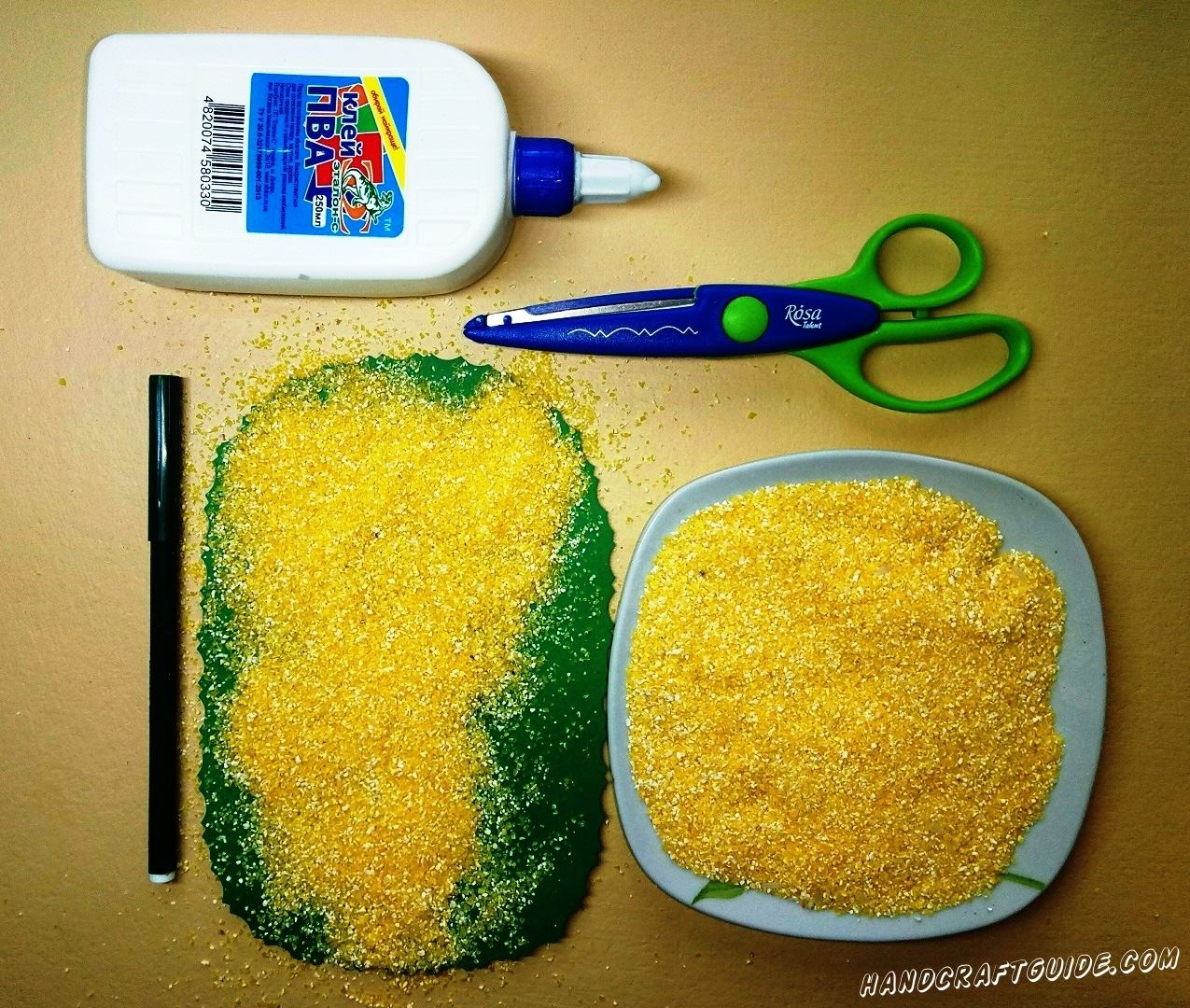 Засыпаем кукурузной крупой аппликацию
