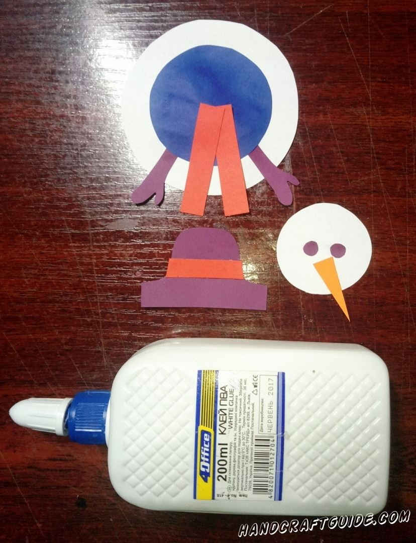 Наклеиваем шарфик на синий круг и носик на малый белый кружок.