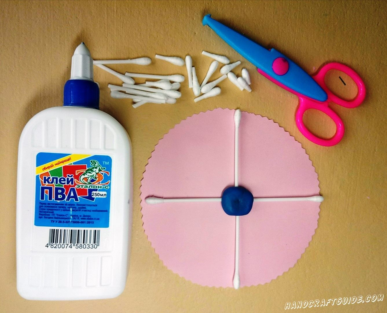 Вставляем ватные палочки в пластилин, как показано на фото