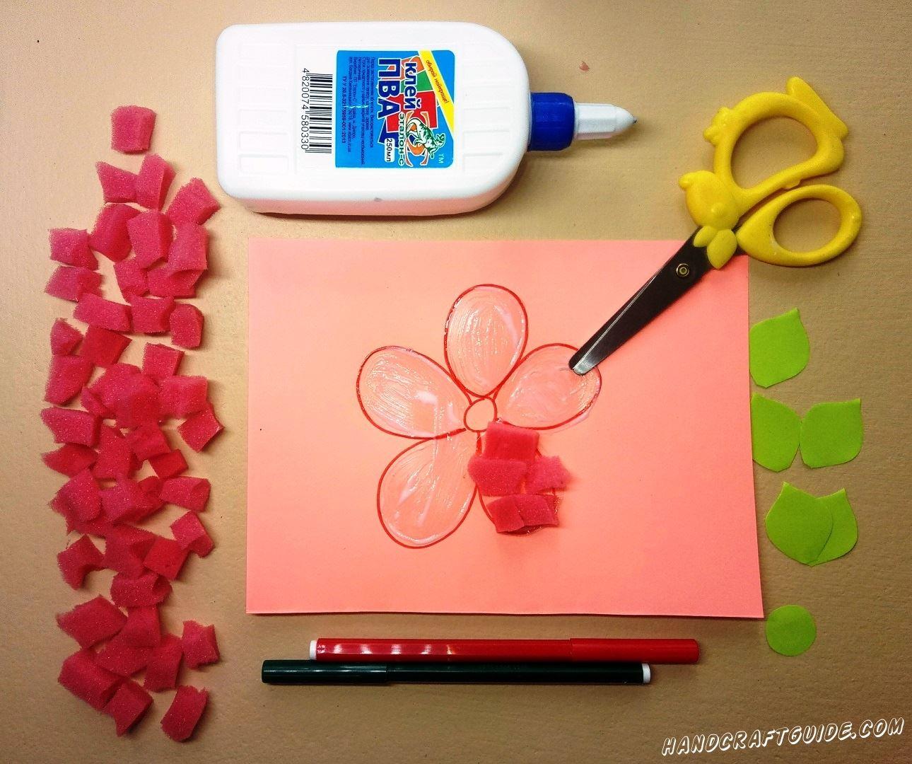 Приклеиваем кусочки губки на лепестки цветочков