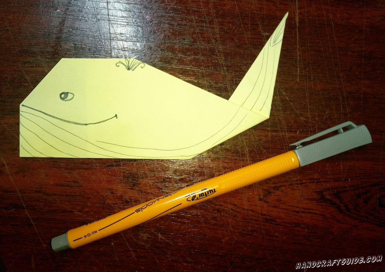 Маркером разрисовываем нашего кита.