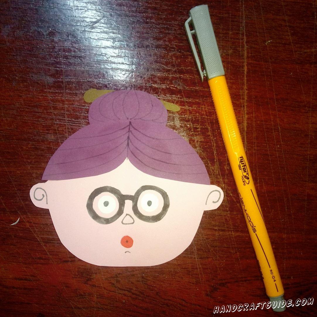 Осталось только нарисовать очки нашей бабушке, разрисовать причёску, нарисовать носик и глазки.