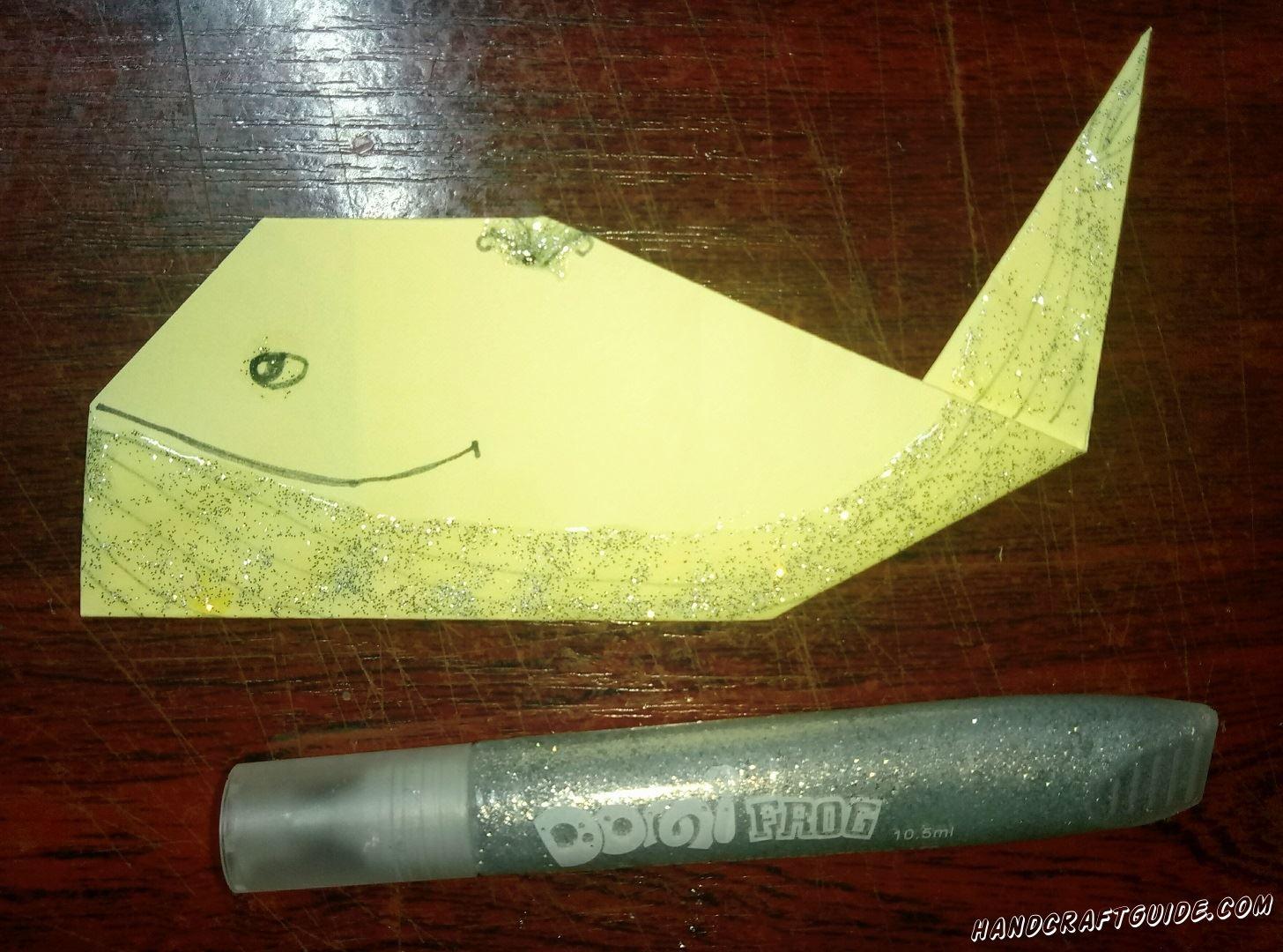 Украшаем кита блёстками.