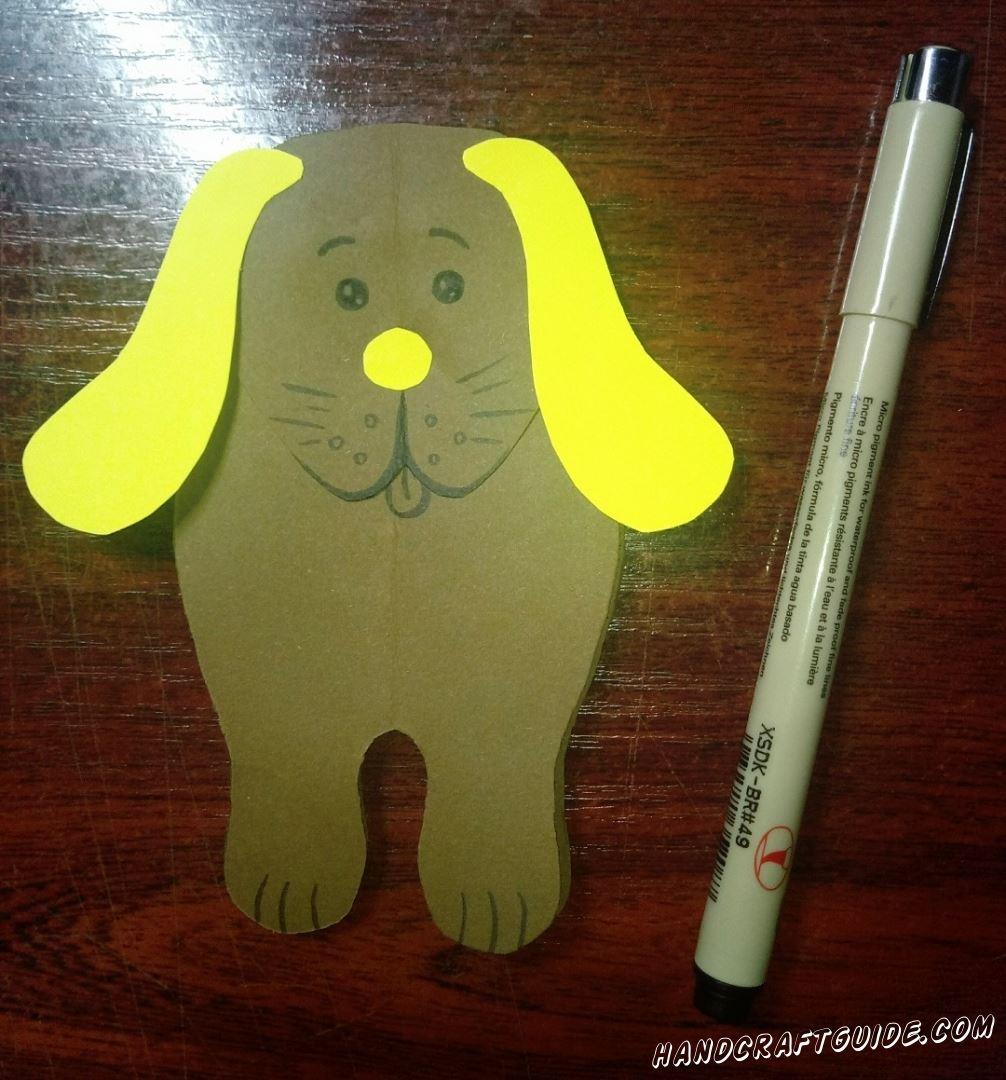 Чёрным маркером красиво разрисовываем нашу собачку