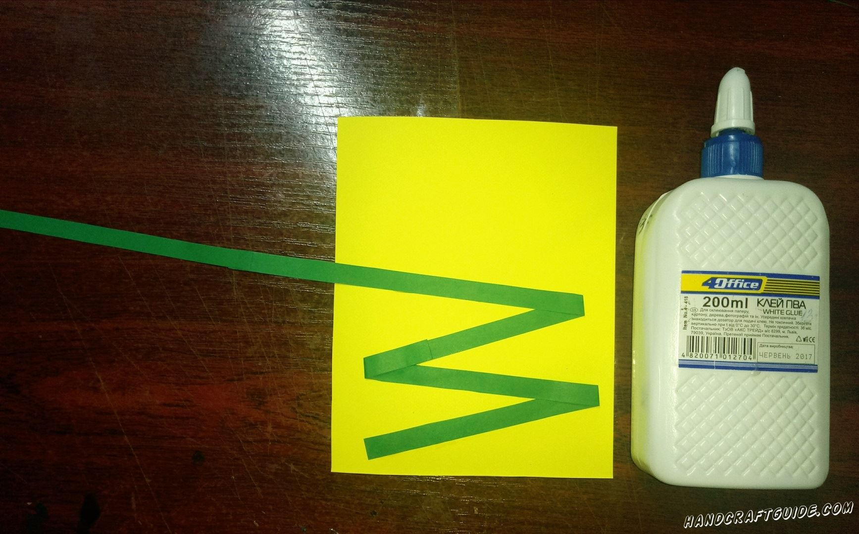 Змейкой наклеиваем полоску на желтый лист бумаги, как показано на фото