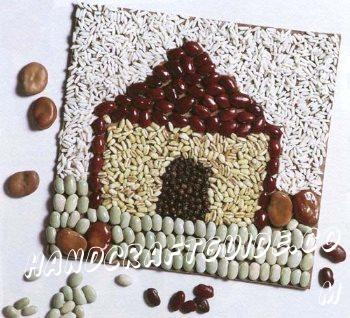 Строим домик и природных материалов. Скорее бери у мамы крупы с кухни и присоединяйся.