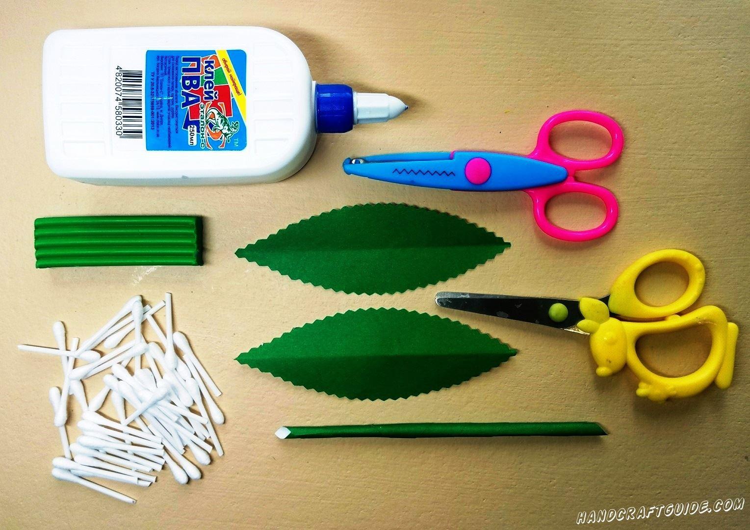 С оставшейся бумаги мы вырезаем 2 одинаковых зелёных листика