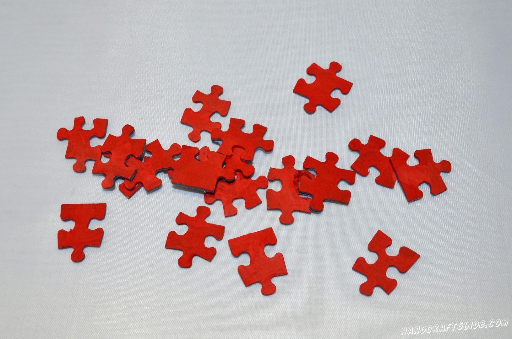 Развернем обратной стороной все пазлы и каждый поочереди разукрасим в красный цвет.