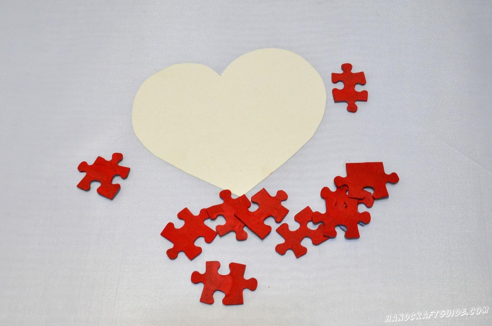 Из картона вырезаем сердце, любого размера, которого вам захочеться, главное, чтоб пазлов хватило.