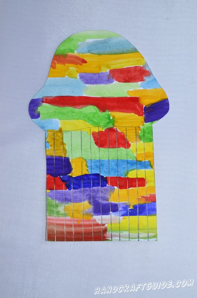 Когда краски немного подсохнут, начинаем вырезать форму медузы(или много маленьких медуз). Чтобы форма получилась правдоподобной, снизу - вверх до зонтика вырезаем ровные лопасти(щупальца).