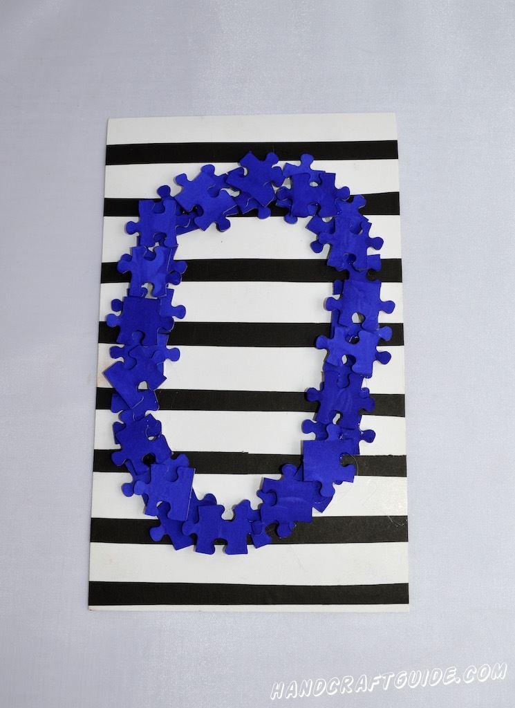 Продолжаем выкладывать пазлы несколькими слоями чтобы буква выглядела объемно.