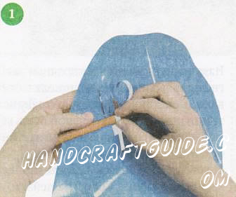 Из глянцевого картона голубого цвета вырежьте волны шириной 0,5 см. Подкрутите каждую волну карандашом, слегка вытягивая вверх.
