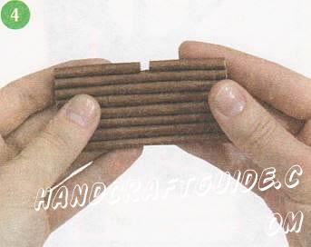 Сделайте бревна и мачту, накрутив вырезанные по выкройке полоски бумаги на вязальную спицу. Приклейте 7 больших бревен друг к другу, к ним — маленькие бревна, к маленьким — оставшиеся большие бревна.