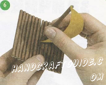 Вставьте мачту с парусом в отверстие посередине плота.