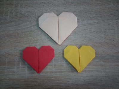 Научись делать такие красивые сердечки из цветной бумаги в любой момент без других подручных средств.