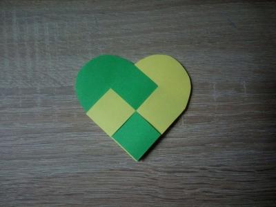 Подарите такое красивое сердечко из цветной бумаги, своим родным и близким.