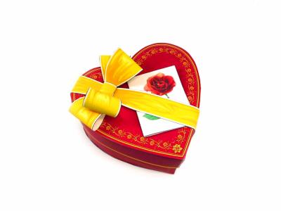 Подарочная коробка ко Дню Святого Валентина , своими руками, прямо здесь и сейчас. Осталось только скачать вложенный файл и следовать пошаговой инструкции. Дарите любовь родным и близким почаще.