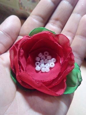 Сейчас мы станем настоящими творцами декоративного цветочка из ткани.
