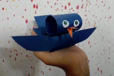 Эту птичку из цветной бумаги можно повесить на ниточку и она будет летать у вас в комнате и создавать чувство весны и тепла.