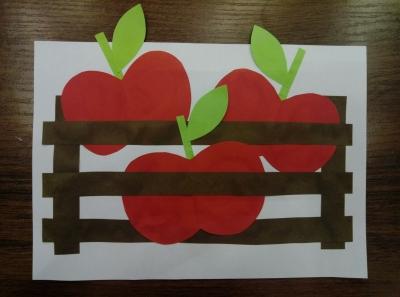 Яблоки в корзине из цветной бумаги