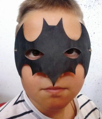Мы станем самыми настоящими супергероями, а именно Бэтменами. Давайте вместе сделаем маску из бумаги, этого крутого супергероя
