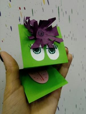 Выполним поделку с смешной мордашкой жабки из цветной бумаги.