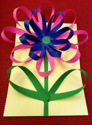 Такому красивому цветочку из цветной бумаги будет рада любая девочка.