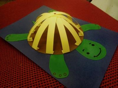 Аппликация из цветной бумаги в форме черепахи ждёт не дождётся оказаться в ваших руках.