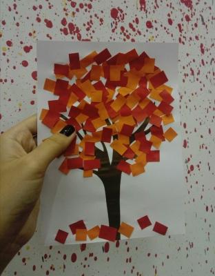 Осеннее дерево из цветной бумаги для детей начальной и средней школы.