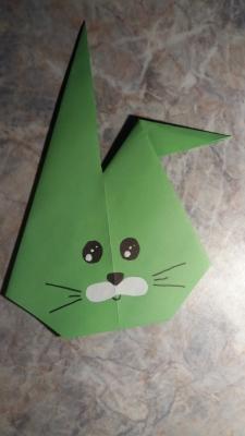 Давайте научимся делать крутого зайчика из цветной бумаги, с помощью искусства оригами.