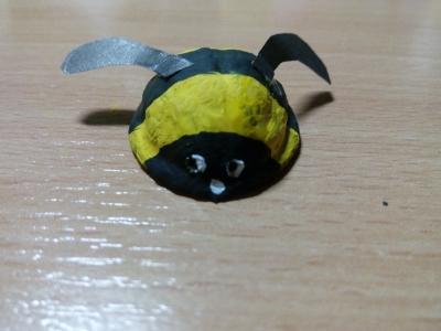 Пчёлка из скорлупы грецкого ореха украсит вашу комнату, нужно только немножко постараться!