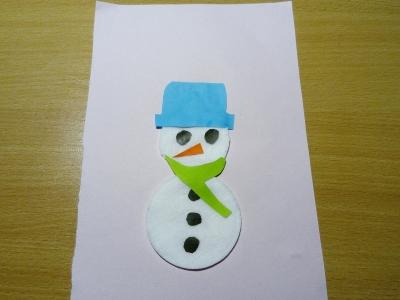 Кто же это нам несёт новогоднее настроение? Это же снеговик из ватных дисков, сделанный своими руками.