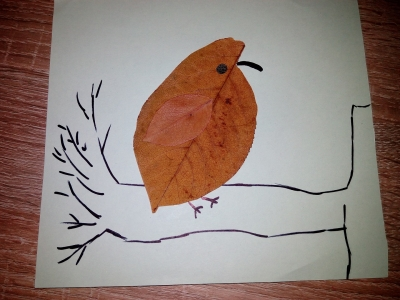 птица на дереве из осенних листьев