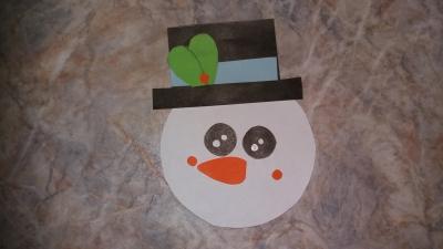 Этот снеговик из бумаги станет отличным украшения к новогодним праздникам!