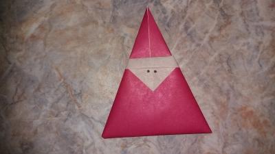 Присоединяйтесь к выполнению этой не самой простой, но интересной поделки из цветной бумаги.