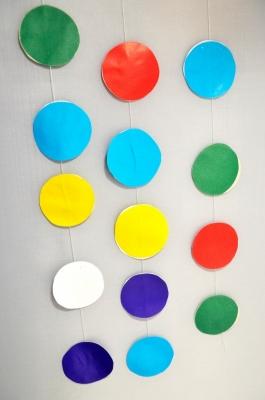 Сделай  свою комнату более стильной, украсив её такой крутой цветной гирляндой.