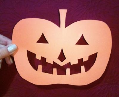 Здравствуйте, наши маленькие мастера. Сегодня мы сделаем небольшое украшения к празднику всех святых - Хеллоуин.