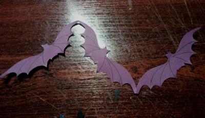 Продолжаем украшать дом на праздник всех святых. И сегодня мы сделаем гирлянду из бумажных летучих мышей.