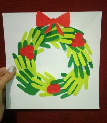 Украшаем наш дом к наступающим рождественским праздникам. И сегодня мы сделаем венок на дверь из бумажных ладошек.