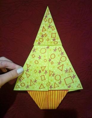 А сейчас, с помощью нашей любимой технике - оригами, мы сделаем крутую ракету!