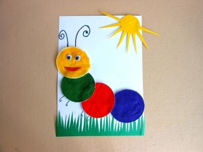 Пришла весна и многие живые существа выползают, чтоб порадоваться тёплому солнышку. Также сделала и эта гусеница из ватных дисков