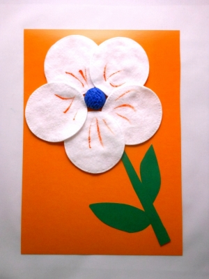 Как подарить очаровательный цветочек даже во время зимы. А нужно просто сделать вот такую замечательную поделку из ватных дисков