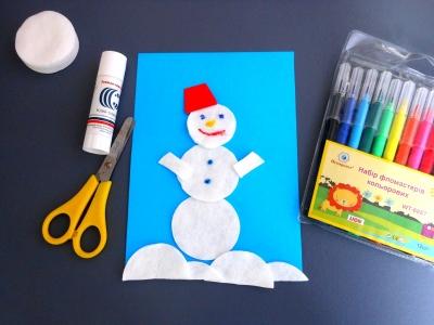 Мы очень любим, лепить снеговика, но это не всегда возможно: то снега нет на улице, то лето за окном. Это не беда, ведь мы можем сделать такого крутого снеговика из ватных дисков, в любое время.