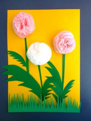 Идёшь на празднования дня рождения к девочке? Тогда мы рады тебе предложить сделать с нами такую замечательную открытку из цветной бумаги и салфеток.