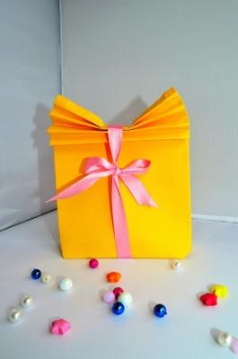 Подарочная коробочка из цветной бумаги, сделанная своими руками – это уже невероятно круто, а если там будет лежать ещё что-то, тогда это лучший подарок!