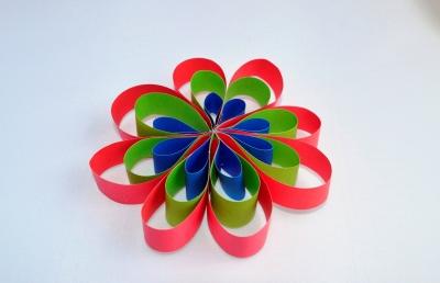 Цветочек из цветной бумаги, для украшения любого мероприятия мы научимся делать прямо сейчас.