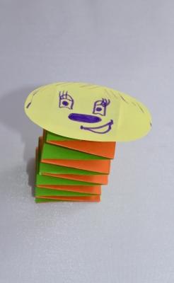 Давайте научимся делать такую милую гусеницу из цветной бумаги, прямо сейчас.