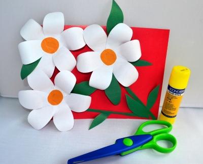 Такая весенняя и красивая аппликация из цветной бумаги, станет отличным подарком и дополнит тепла сердца.